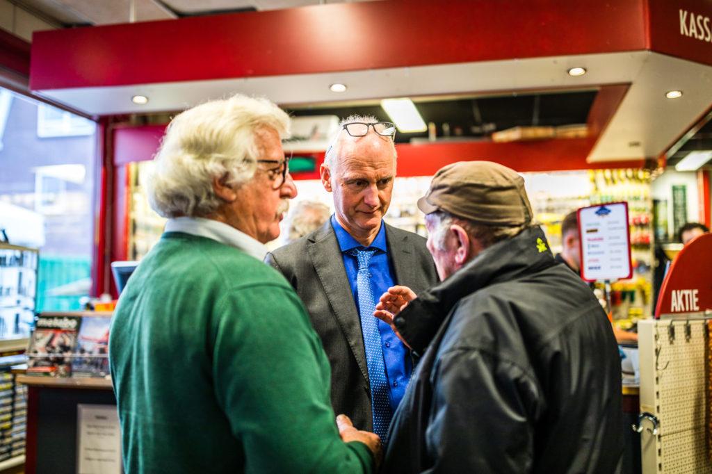 Rudi Takman (m.) praat met trouwe klanten van de ijzerwaren winkel.