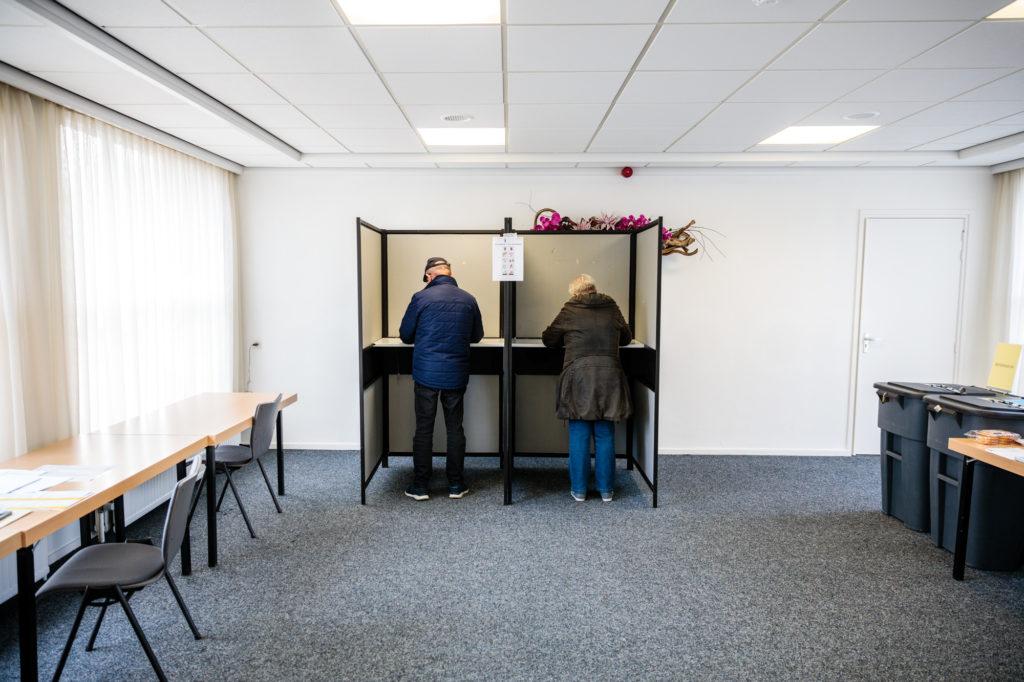 Stemmers in het stembureau in het Hervormd Centrum.