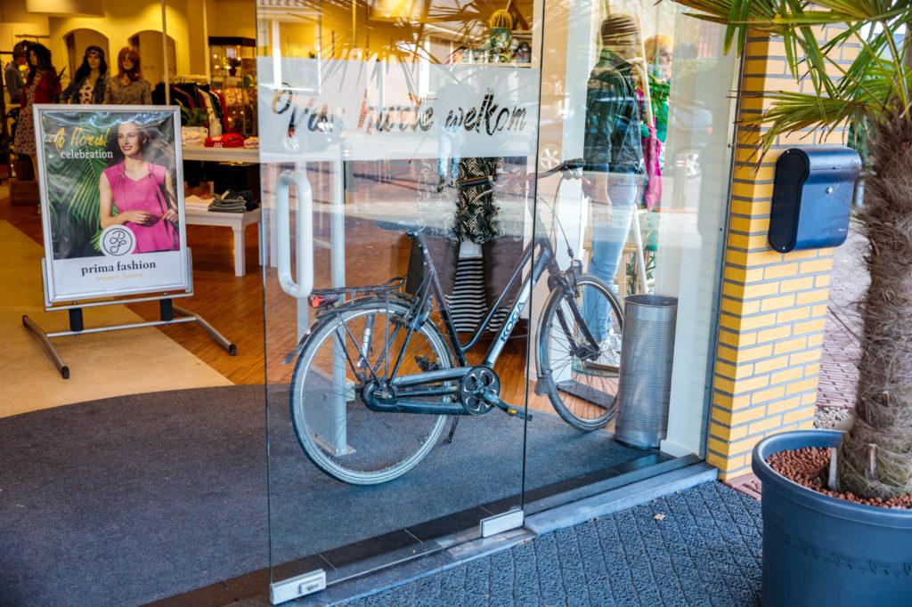 De fiets werd veilig gestald bij kledingwinkel PrimaFashion.