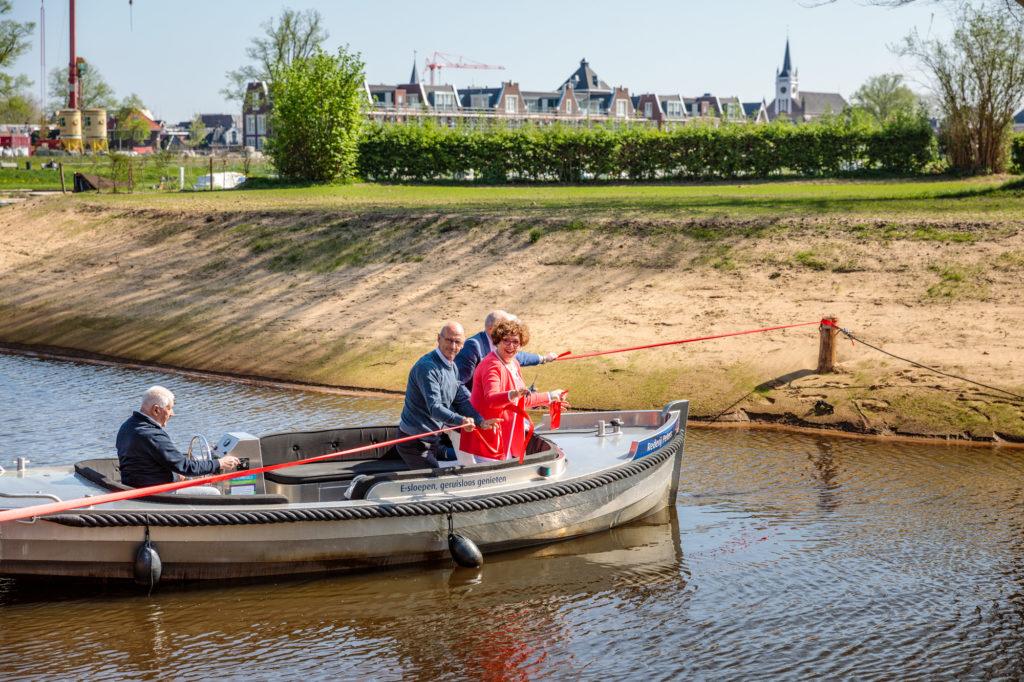 Wethouder Ilona Lagas van de gemeente Ommen, Wim Stegeman van het waterschap Vechtstromen, Cees Timmer van de provincie Overijssel knipten samen met Jack van der Boon van camping De Koeksebelt een lint door.