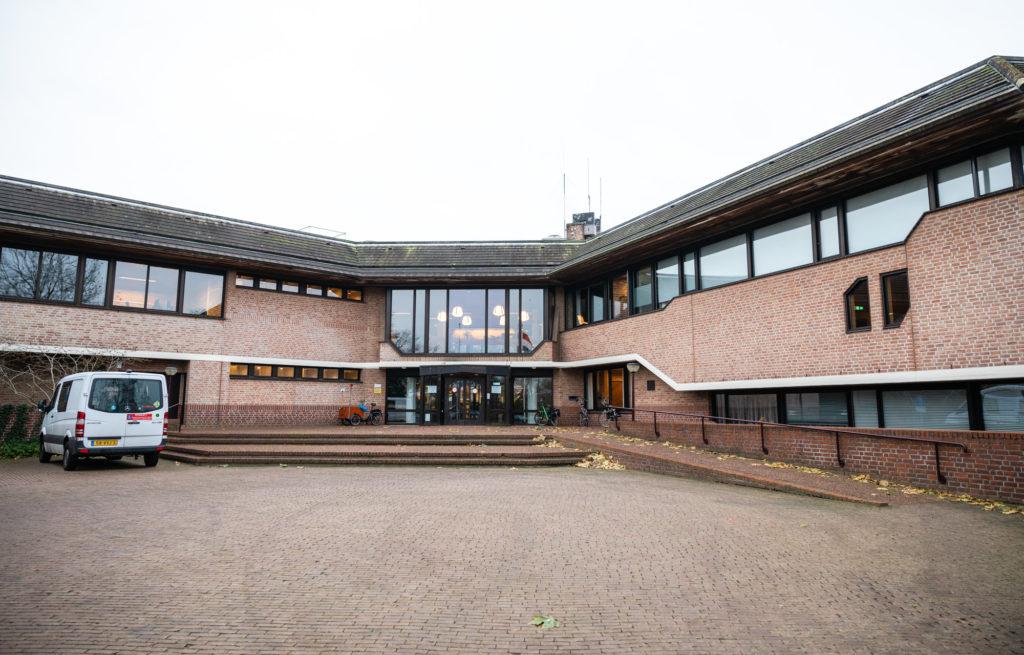 Het gemeentehuis van de Gemeente Ommen aan de Chevalleraustraat.