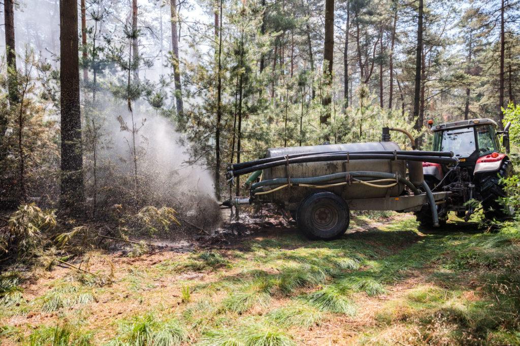 Hans Pekkeriet, van het gelijknamige loonbedrijf, hielp met een tankwagen blussen.
