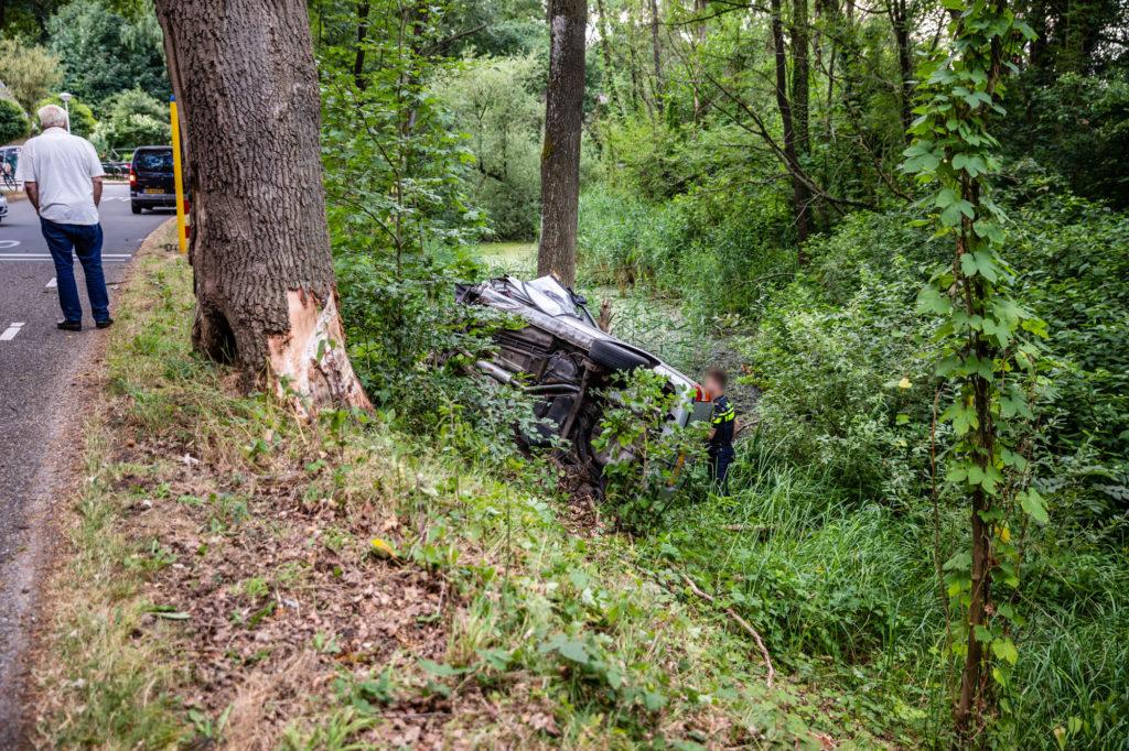 De auto raakte een boom en eindige daarna met het dak tegen een andere boom.