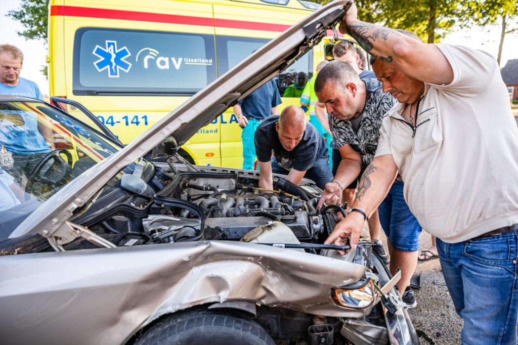 Een aantal handige en behulpzame omstanders wisten de motor het zwijgen op te leggen.