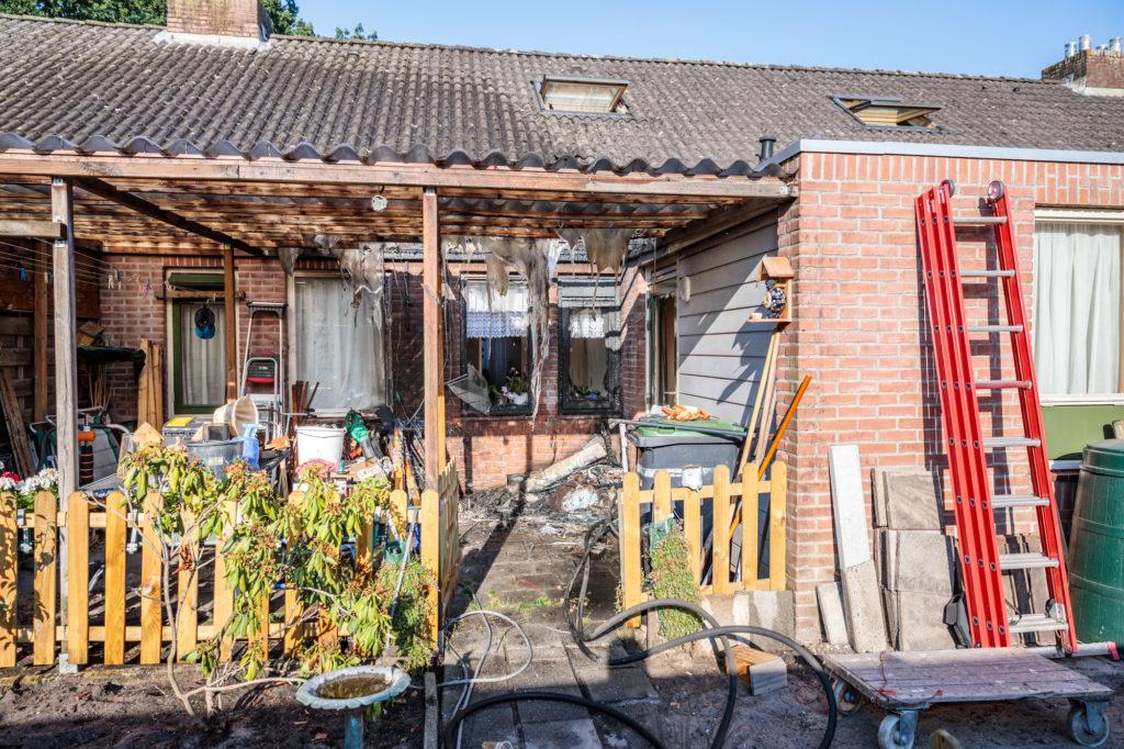 De woning en het afdak raakten zwaar beschadigd.