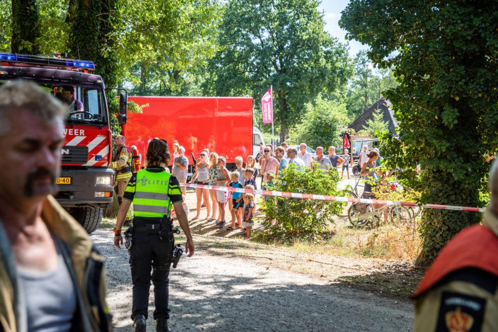 Op de rand van de camping stonden de vele gasten toe te kijken naar het optreden van de brandweer.
